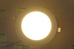 mắc đèn vào trần nhà