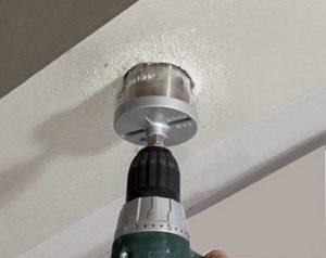 khoét lỗ trên tường để lắp đèn